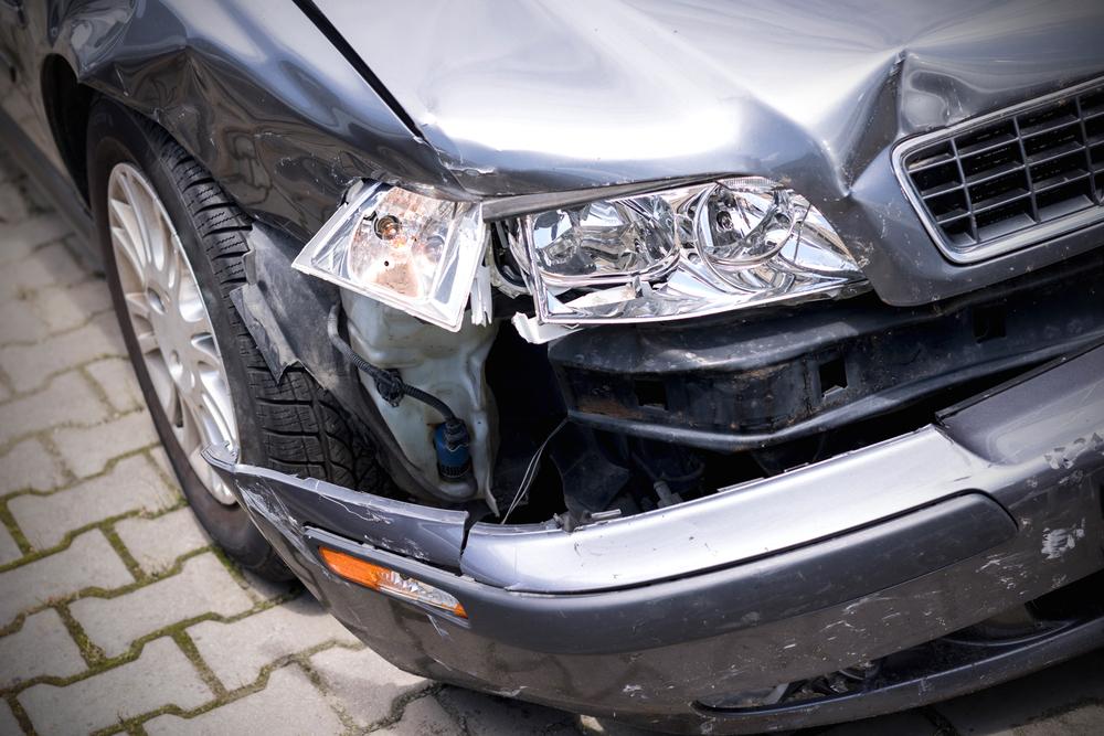 事故でへこみ・キズのついた車